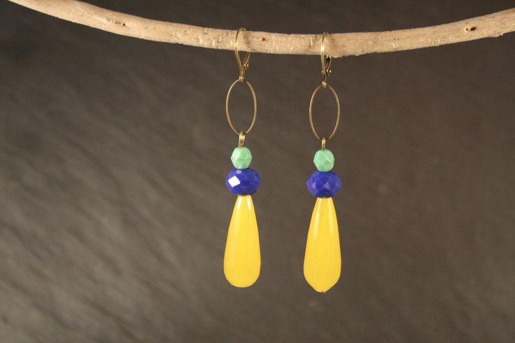 Boucles d'oreilles goutte de jade coloré jaune, perles en verre turquoise et bleu, et laiton : Boucles d'oreille par vaninavanini
