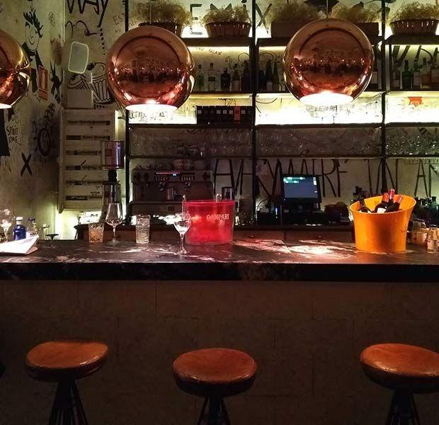 El Vittoria 25 debe su nombre a su ubicación (calle Francisco Vitoria 25) y es el nuevo proyecto de Antonio Potenza y Daniele Cabana, también propietarios del restaurante Ric 27.  El Vittoria es un espacio gastronómico con una decoración única entre urbana y vintage y con mucho encanto ubicado en el centro de Zaragoza.