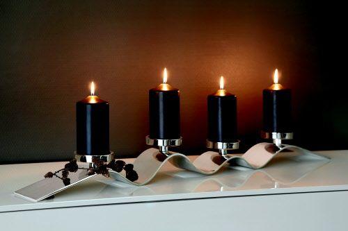 Kerzenleuchter, 4-flammig, vernickelt, für Stumpenkerzen geeignet  Wellenförmig zieht sich ein vernickeltes Metallband dahin, darauf ruhen vier Kerzenteller – das ist WAVE! Hier hat Fink Living ein wirklich repräsentatives Wohnaccessoire geschaffen, das mit seinen sanften Schwüngen in metallischem Glanz alle Blicke auf sich zieht. Schön auch als Adventskranz im minimalistischen Stil – abseits des Üblichen!  Maße: Länge 104 cm