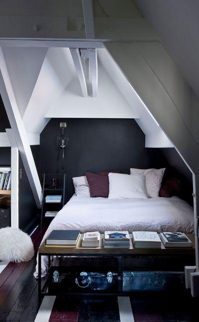 Le style de Sarah Lavoine se carctérise par l'utilisation de couleurs sombres qu'elle cultive à la perfection. N'hésitant pas à les proposer du sol aux murs, la célèbre designer les adoucit avec des touches déco et design toujours bien placées.