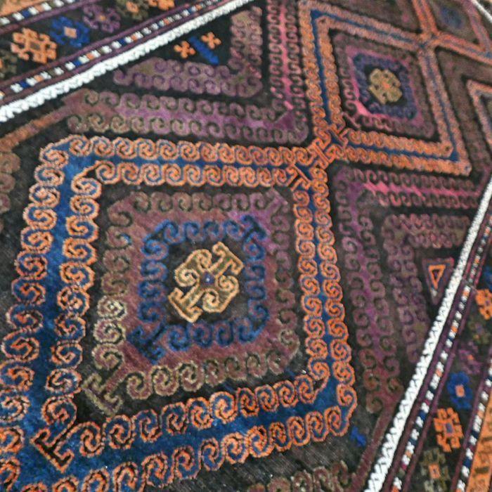 Maak kennis met dit bijzondere Turkmeense tapijt.   Het tapijt wordt gekenmerkt door prachtige patronen en kleuren.  Mooi soepel tapijt gemaakt van de beste wol.  Het tapijt verkeert in goede conditie en heeft niet veel gebruikerssporen.  Voor de echte liefhebber/verzamelaar.   Afmetingen: 265 x 126 cm  Fijngeknoopt: knoopdichtheid is ca 500 000 kn/m2  ZEER BIJZONDER EN WAARDEVOL TAPIJT  Het kleed wordt aangetekend en verzekerd verzonden met track en trace.   S282