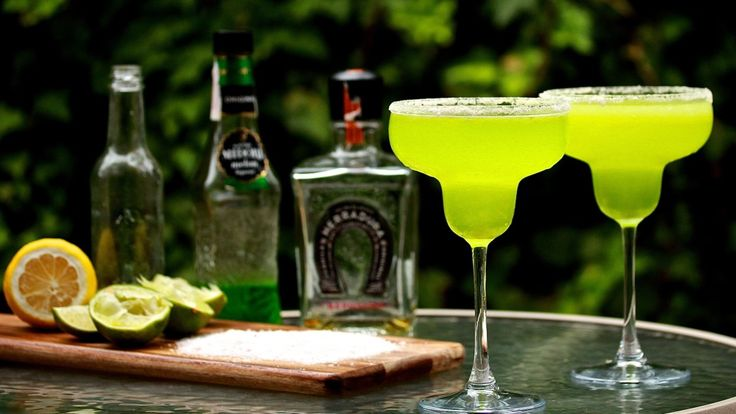MELON MARGARITA: A wonderful summer cocktail that is refreshing for your stomach and your eyes. Mixed with tequila, Midori, lime and a special home-made sweet and sour mix. Recipe on the blog.