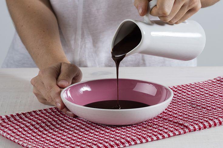 Uma cobertura de chocolate é mais fácil de fazer do que pensa. E nós explicamos-lhe como, passo a passo de como fazer cobertura de chocolate.