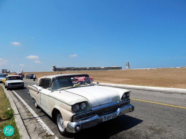 Carro antiguo llegando al Castillo del Morro