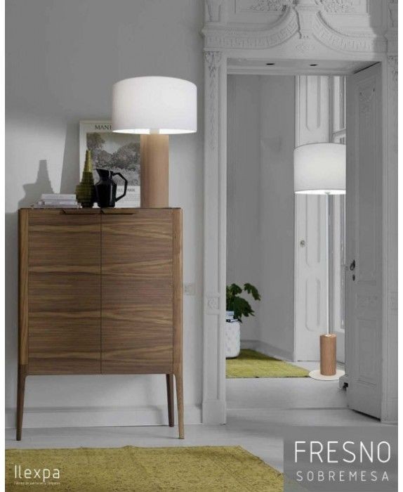 FRESNO - Compuesta por  un modelo de sobremesa en dos tamaños y un pie de salón. Este material destaca por su resistencia y excelente aguante al  impacto. De líneas limpias y sencillas, ideal para la iluminación de interior en casas de estilo moderno.