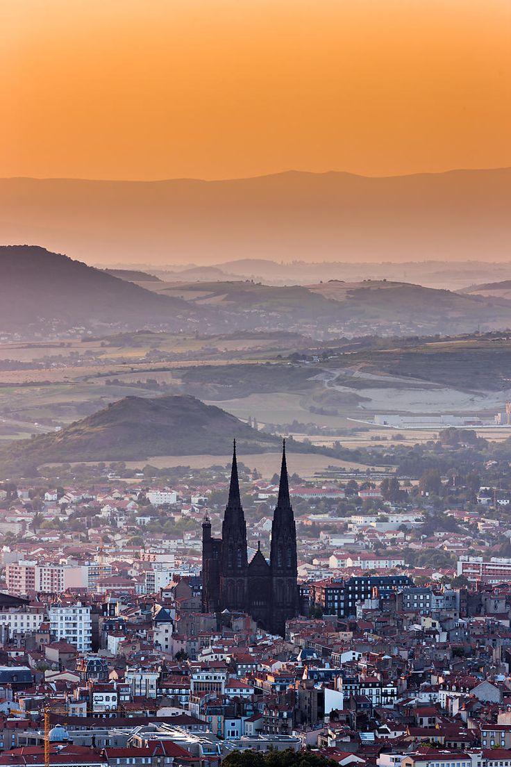 Ma maison est près de Clermont-Ferrand. La ville est belle et la cathédrale est grande et belle. J'habite seule dans ma maison grande. Je fais la marche dans la ville.