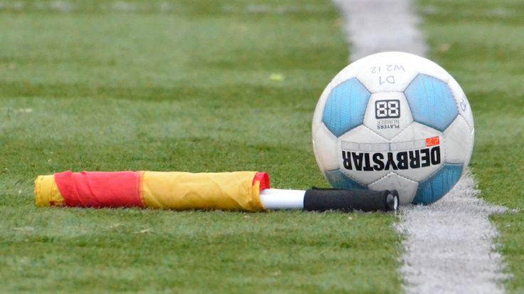 Derbystar voetbal en vlag. Soccer ball