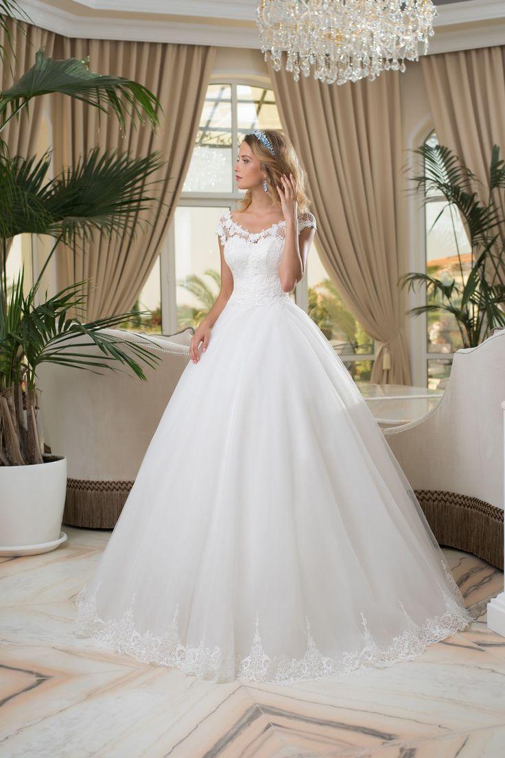 Očarujúce svadobné šaty srdiečkový korzet pokrytý čipkou a jemná sukňa zdobená čipkou