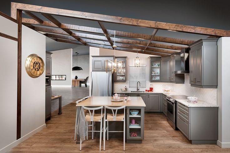 Un style classique avec une touche vintage légèrement actualisée. Une inspiration des maisons chaleureuses et shabby-chic. Un choix de matériaux nobles, comme le gris agencé avec comptoir de quartz au motif brillant.