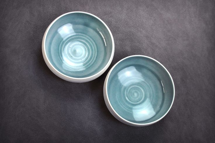 2 petites assiettes creuses en porcelaine.  Porcelaine  Inside :Glossy / Brillant (Céladon bleu ciel) exterior :Mat blanc  Microwave and dishwasher safe but I can not recommend. Micro-ondes et lave vaisselle possible mais pas conseillé.