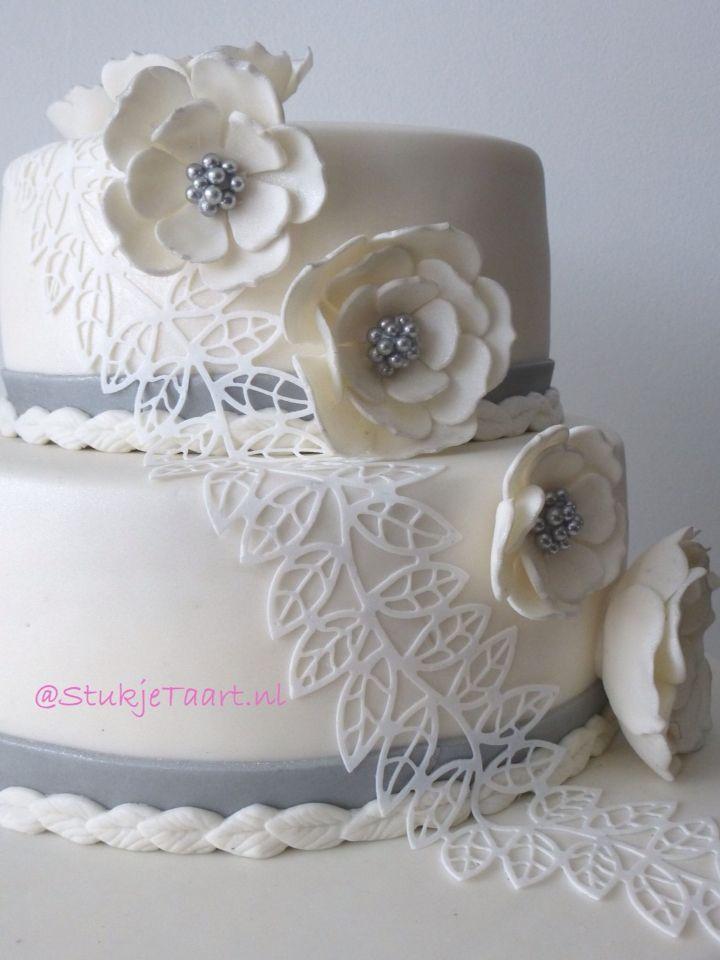 #Bruidstaart #wit #zilver #StukjeTaart #NL #weddingcake #white #homemade #cake #silver #lace #flowers
