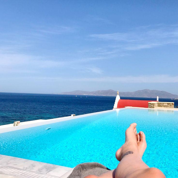 No hay otra forma de describir al Bill & Coo: el Paraíso. Este hotel boutique de 5 estrellas se encuentra en la isla de Mykonos, Grecia. Ni siquiera se por donde empezar, pues este hotel simplemente es una maravilla. Este pedazo de cielo, se encuentra a unos cuantos minutos del centro de Mykonos, en la Bahía de Megali Ammos. Su ubicación permite disfrutar de los perfectos atardeceres que suceden en el Mar Egeo. Las habitaciones con vista al mar, están diseñadas para que el huésped disfrut...