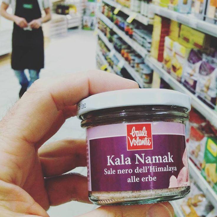 Il #KalaNamak è un sale utilizzato nei piatti della cucina asiatica e indiana, estratto dai giacimenti millenari alle pendici dell'Himalaya, messo a fuoco per 24 ore quindi sigillato in vasi di ceramica con piccole quantità di erbe.