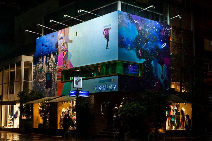 """[Ipanema Wall _ Thiago Toes] Com o lançamento da coleção de primavera """"Bem Vindo à Rua"""", veio mais um Ipanema Wall, projeto da Redley que leva arte às ruas do bairro, convidando artistas para se expressarem nas paredes da nossa flagship. O artista da vez foi Thiago Toes, conhecido por sua arte abstrata que remete ao cubismo e ao surrealismo. Dedicado às artes desde os 15 anos, Toes é conhecido para lá das fronteiras nacionais e integra o coletivo VLOK, crew de outros artista de renome do…"""