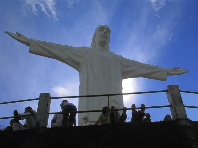 El sacerdote jesuita José María Arteaga le había encargado al artista palmirano Gerardo Navia Carvajal la construcción de la estatua, pero éste sólo llegó a realizar una maqueta y luego abandonó el proyecto.
