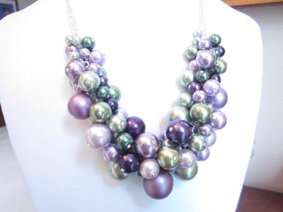 Este fabuloso collar de racimo Tonos de violeta y verde perlas de cristal multicolor agregará el toque final a cualquier atuendo de casual elegante. Va desde jeans hasta vestidos! Este es un juego muy divertido y precioso collar. Este collar es ajustable en longitud desde 15 hasta 20. Perlas de la gama en tamaños de 6mm a 20mm. Colores perlas son en orquídeas, violeta claro, medio y oscuro, un encantador uva púrpura, Salvia verde, verde oscuro y verde oliva y en mate y brillante acabado…