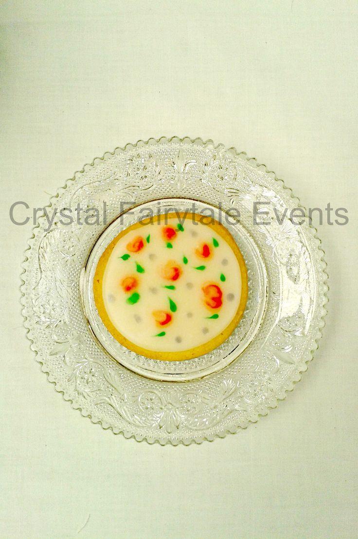 Handpainted roses on vegan cookie #vegancookies #royalicing #crystalfairytaleevents
