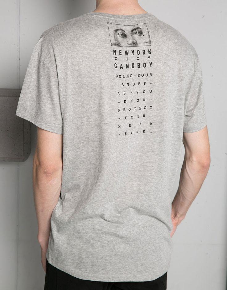 Shirt mit Aufdruck und Text. Entdecken Sie diese und viele andere Kleidungsstücke in Bershka unter neue Produkte jede Woche