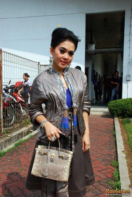 Bentuk sanggul paling sederhana yang pernah ada di Indonesia bisa dilihat pada rambut Syahrini di atas.