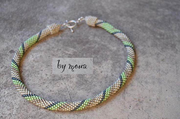 Collier spirale en perles tissées au crochet vert pastel et beige : Collier par by-moua