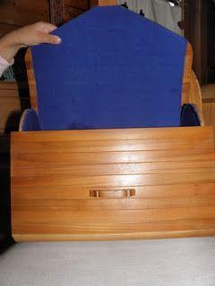 .. ein Bekannter fertigt Holzhandtaschen ... ich hab da ein Ausstellungsstück und teste es gerade ... der Stoff innen kann angepasst werden...