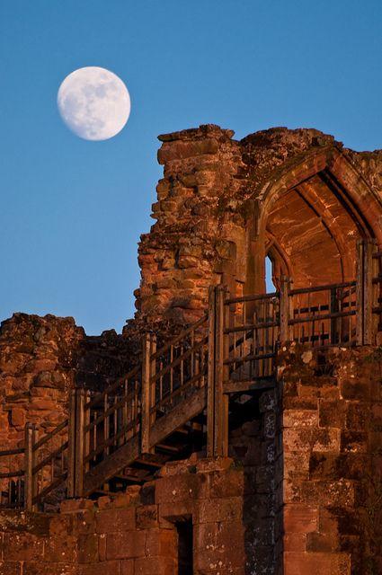 FUCKITANDMOVETOBRITAIN — asiwaswalkingallalone:   Moon Rising Over...
