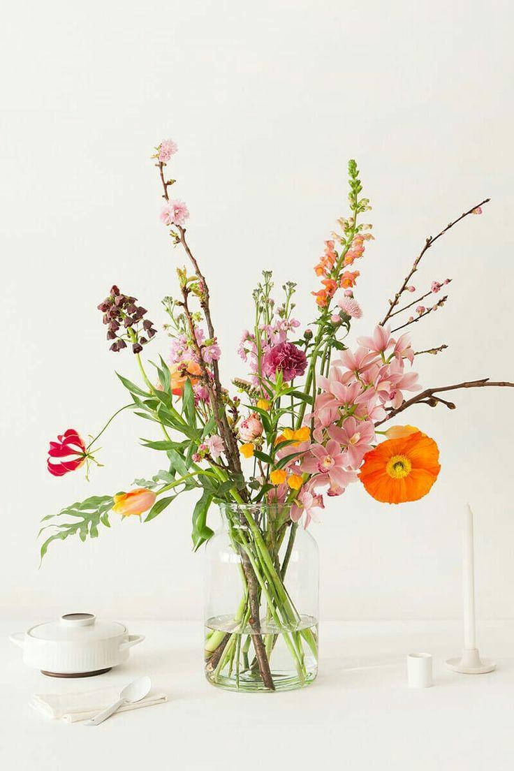 Een simpel boeket met lichte kleuren voor op tafel | Vind meer inspiratie over decoratie & DIY voor het afscheid en de uitvaart op http://www.rememberme.nl/rouwbloemen-rouwdecoratie/