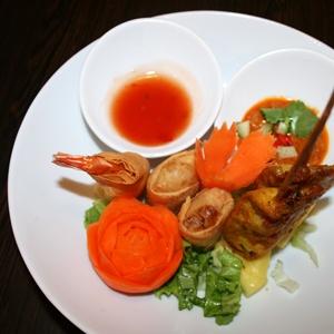 KUNG SARUNG / NEMS PACK / SATAY KAI / TOD MAN KUNG  Assortiments de Hors d'œuvre frits : 1 rouleaux aux crevettes + 1 pâté impériaux aux légumes + 1 Brochettes de poulet + 1 beignet aux crevettes