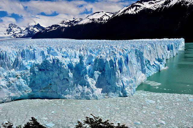 海外旅行世界遺産 ロス・グラシアレス アルゼンチンの絶景写真画像ランキング  アルゼンチン ペリトモレノ氷河です。白い壁のようなものは氷河。写真ではわかりにくいですが、高さは60m程あります。