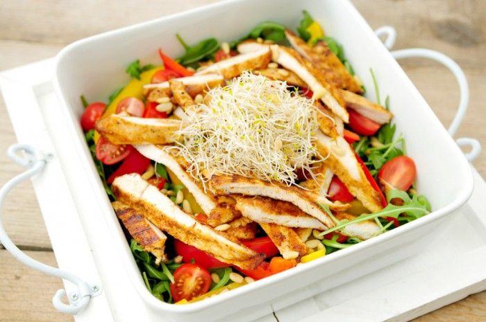 salade met gegrilde kip, paprika en rucola