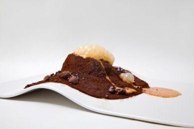 El volcán en erupción con lava de mango, torrija de ron quemado y tierra de chocolate y café con crema de guayaba …y pan de mango