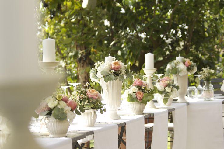 Country chic wedding table flower decoration with white runners, vases and candles / Декорация свадебного стола в стиле каунтри шик с использованием белых раннеров, ваз и свечей