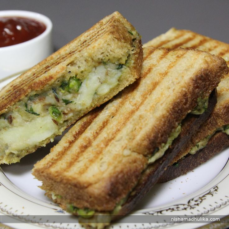 Potato stuffed sandwich is prepared by grilling the bread slices stuffed with potato filling. Sandwich is an all time favorite snack.  Recipe in English - http://indiangoodfood.com/1584-grilled-potato-sandwich-recipe.html (copy and paste link into your browser)