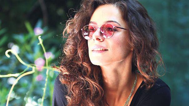 Özge+Özpirinçci+kimdir?   Halen FOX'da yayınlanan, 2015 yapımı, başrollerinini Buğra Gülsoy'la paylaştığı Aşk Yeniden dizisi'nde, Zeynep Taşkın Şekercizade karakterlerini canlandırmaktadır.