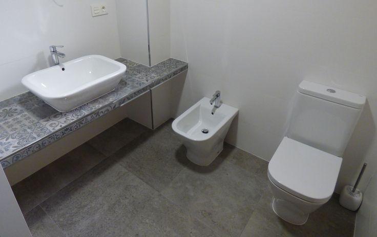 Reforma integral de baño, revestimientos baldosas hidráulicas.