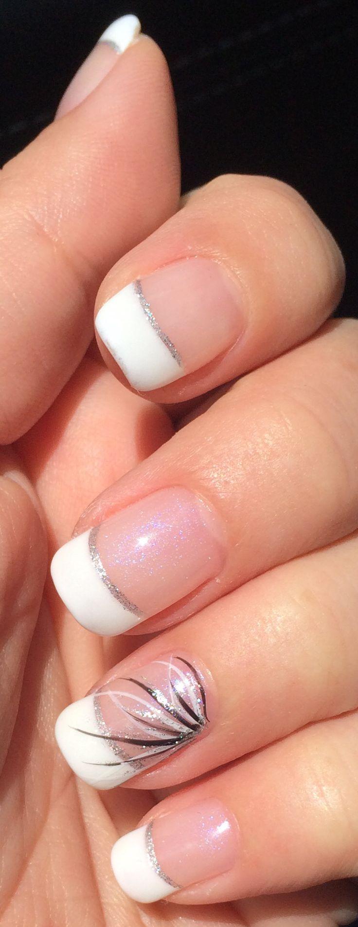 Uñas de gel. Base de Opal, puntas blancas, línea de plata y diseño negro / blanco / plata