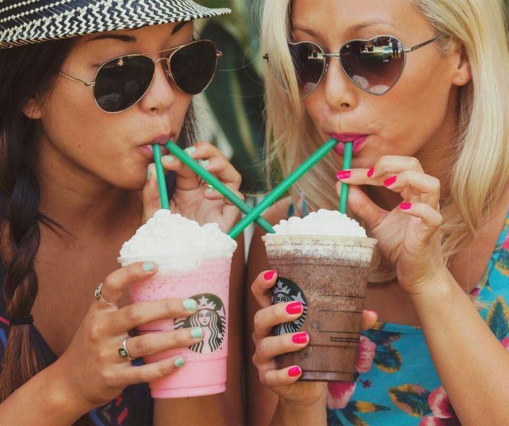 Chicas tomando un café