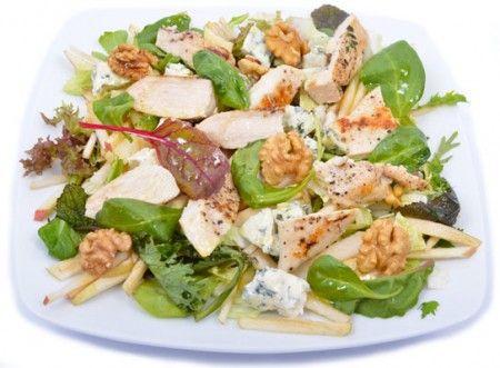 Kéksajtos, körtés saláta bébispenót levelekkel, dióval és vastag, grillezett csirkemell szeletekkel.