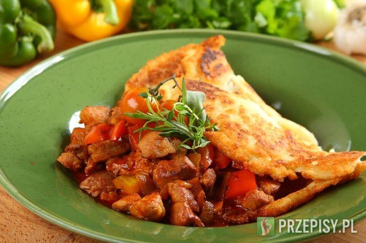 Mięso oczyść i pokrój w kostkę szerokości 1,5 cm. Podobnie paprykę.  Cebulę pokrój w drobną kostkę, czosnek posiekaj. Na dobrze rozgrzanym tłuszczu smaż mięso, dodaj cebulę i czosnek. Jak się zrumienią dodaj mieloną ostrą i słodka paprykę oraz kminek i pozwól, żeby przyprawy również się podsmażyły. Zalej całość 2 litrami wody, dodaj kostkę Knorr oraz koncentrat pomidorowy. Duś powoli ok. 30 minut, do momentu kiedy mięso będzie miękkie. Pod koniec duszenia dodaj świeżą, podsmażoną paprykę…
