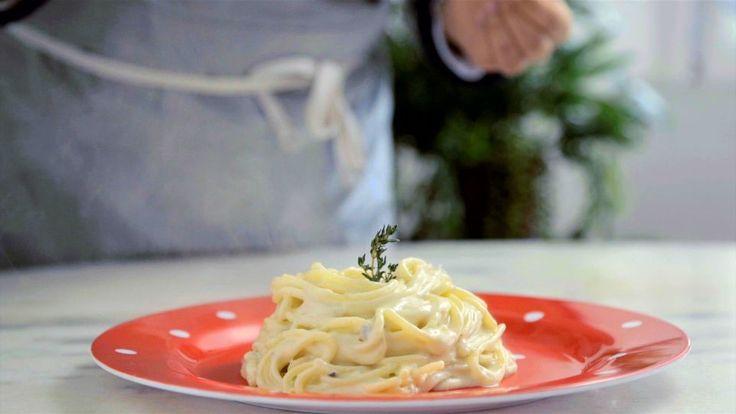 Receita com instruções em vídeo: Receita prática, fácil e deliciosa de macarrão 4 queijos em uma panela só. Ingredientes: 1,5L de água, 250g de espaguete, 100g de queijo emmental ralado, 100g de queijo gruyère ralado, 100g de queijo gorgonzola em pedaços, 100g de cream cheese, Pimenta preta, Tomilho fresco