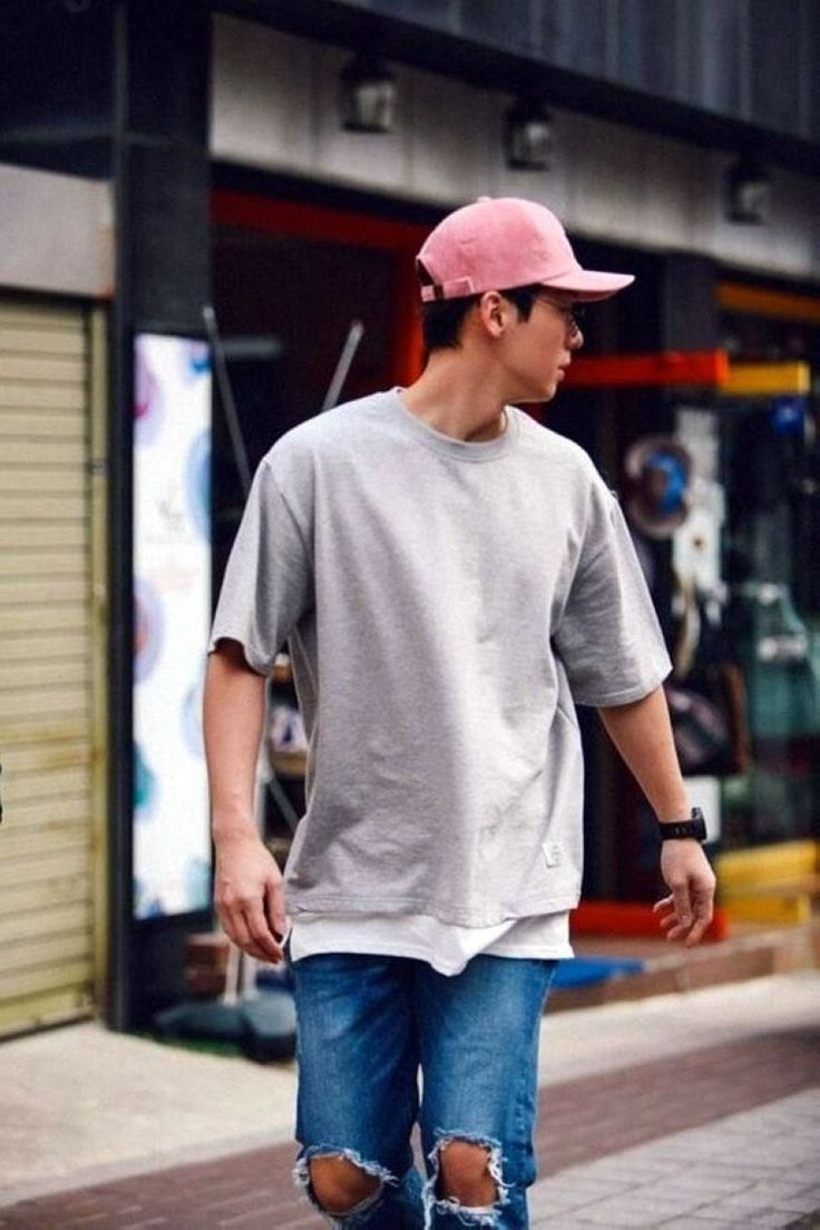 Awesome 39 Men's Street Style Outfits For Cool Guys http://clothme.net/2018/02/22/39-mens-street-style-outfits-cool-guys/