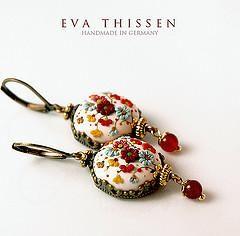 Eva Thissen — художница из Германии, которая создает очень красивые украшения из полимерной глины. В них есть все — индивидуальный стиль, аккуратное блестящее исполнение, очарование сюжетов и необыкновенная нежность. Большая часть ее работ создана из полимерной глины. Она очень хорошо сочетает металлическую фурнитуру, полимерную глину, иногда краски и эпоксидную смолу.