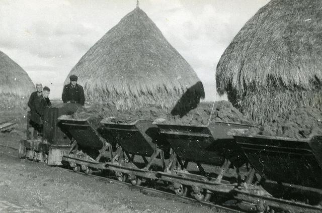 Noordoostpolder: Marknesse. De weg naar dorp B (Marknesse Zuid). December 1944. Bron: Fotocollectie Nieuw Land. Directie Wieringermeer, Kampen.