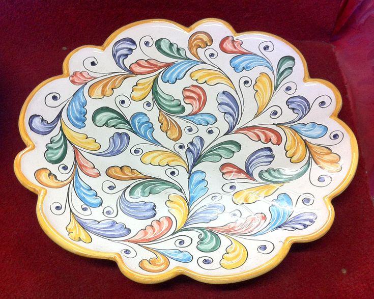 """""""Smerlato"""" in ceramica è un oggetto la cui lavorazione del finale del bordo, sia nella tornitura che nella pittura, è resa per creare un bordo non uniforme"""
