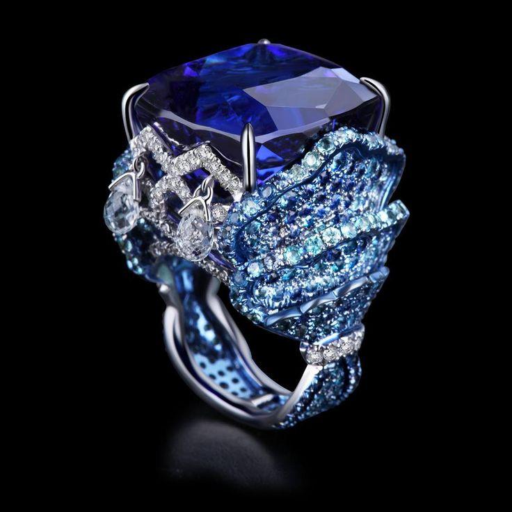 Bao Bao Wan ~ Unique Sapphire Diamond Ring