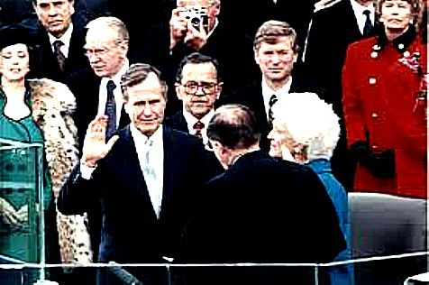 CHIEF JUSTICE WILLIAM REHNQUIST ADMINISTERS OATH OF OFF - JANUARY 20, 1989