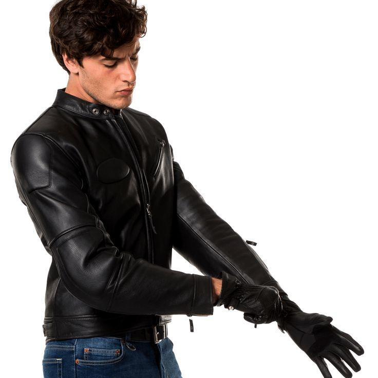 SPIDI Road Runner è una giacca in pelle dal design sobrio e senza tempo. Realizzata in pelle bovina pieno fiore, è dotata di protezioni certificate ed una trapunta termica removibile.