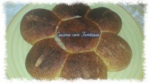 fiore di pane soffice ripieno di cipolla alla paprika