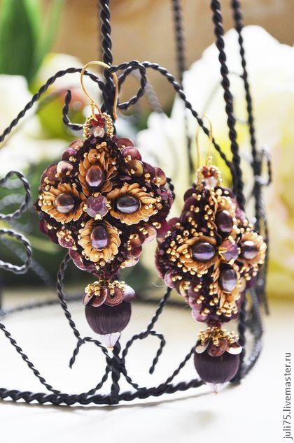 Серьги `Лепестки роз`. Серьги в виде четырехлистника, по контуру рассыпаны пайетки, словно лепестки роз. Серьги среднего размера, вышиты на шелковой органзе. В работе: цикламеновые опалы Сваровски, натуральный жемчуг, французские пайетки,…