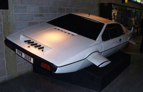 """Спорт-кар Lotus EspritАвтомобиль из фильма """"Шпион, который меня любил"""", на котором Роджер Мур в роли Джеймса Бонда не только ездил, но и плавал под водой. Всего для 10-й части «бондианы» использовалось 6 автомобилей Lotus Esprit, и только один из них стал подлодкой. Ушел с молотка за 550 тысяч фунтов ($865 тыс.) на аукционе RM Auctions."""